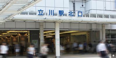 ルミネの前を通りぬけ、立川駅北口を出ます。