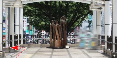 彫刻が見えてきますので手前の道を左へ曲がります。