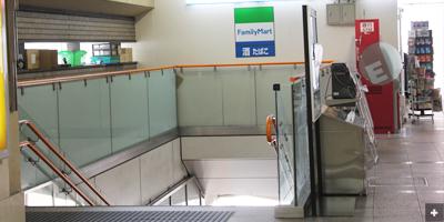 階段を降り駅を回るように左に曲がります。