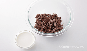 板チョコレートを刻む
