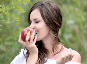 リンゴを噛んでいる女性
