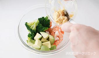 えびとブロッコリーを合わせて辛子マヨで和える。