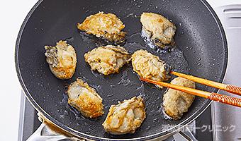 牡蠣に片栗粉をまぶす
