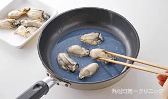 牡蠣を蒸し煮にする