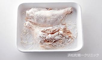鶏肉に小麦粉を薄くまぶす