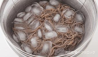 茹であがったら氷水で完全に冷やす。